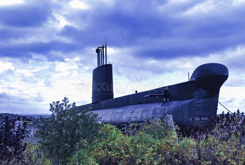 Um submarino velho na costa fotos de stock royalty free