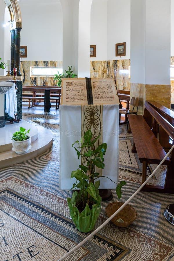 Um suporte decorado com um livro de salmos no monastério da beatitude situado na montanha na costa do mar de Galilee - Ki imagens de stock