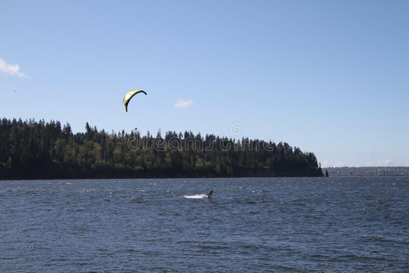 Um surfista do vento que aprecia um dia de mola ensolarado imagens de stock royalty free