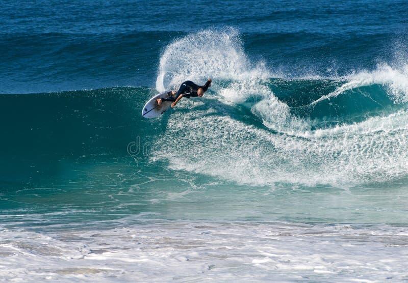 Um surfista masculino que aprecia condições ideais da ressaca na costa leste australiana imagens de stock
