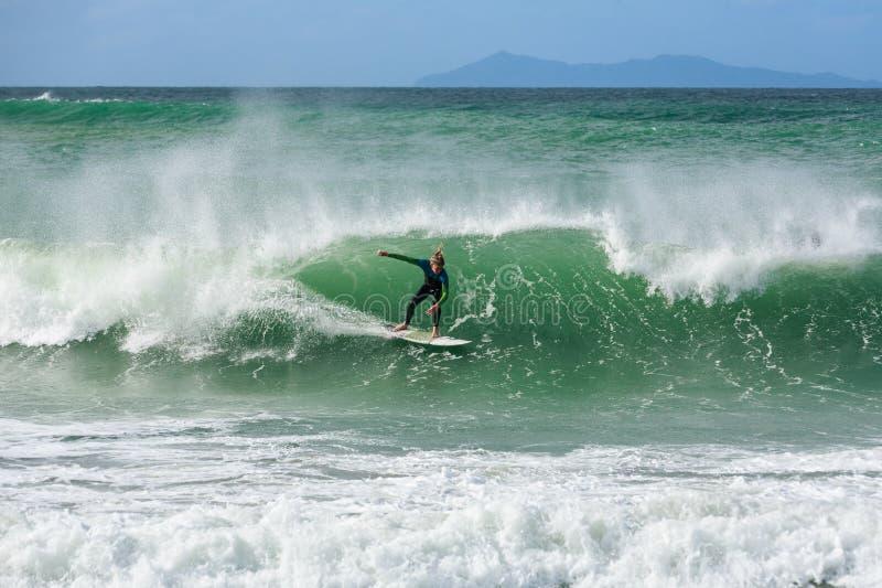Um surfista que monta uma onda cresting fotos de stock royalty free