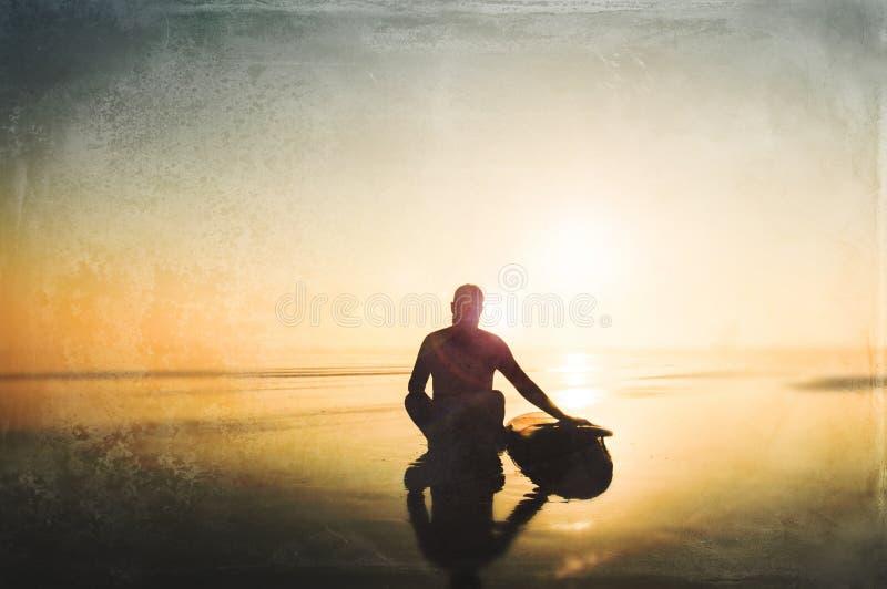 Um surfista que senta-se por uma prancha em uma tarde enevoada que olha para fora ao mar Com o alargamento deliberado e o grunge  ilustração royalty free