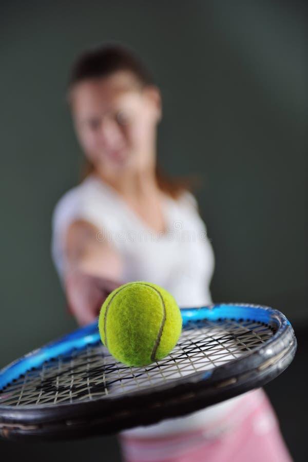 Um tênis do jogo da mulher nova fotografia de stock royalty free