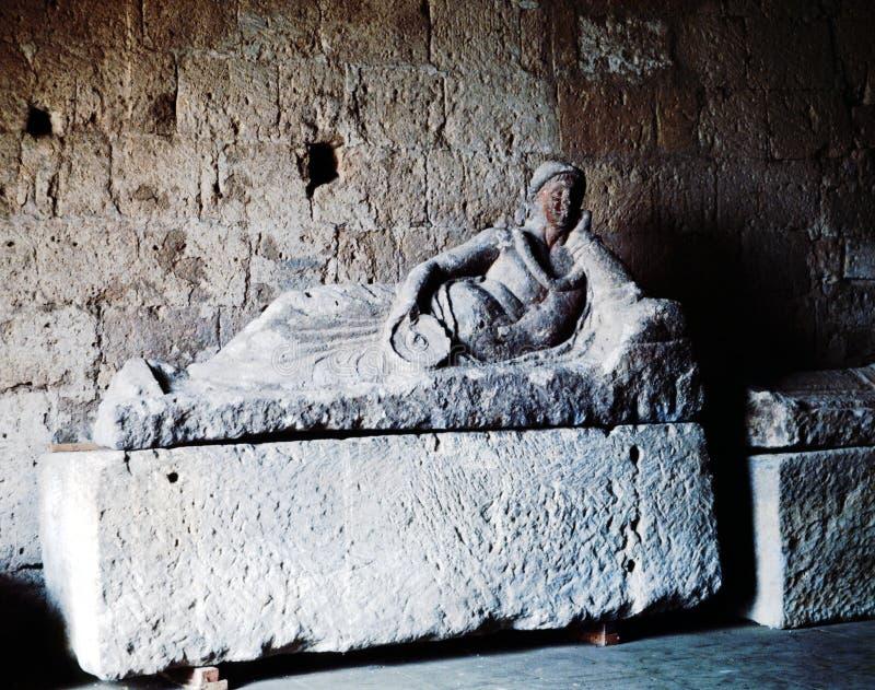Um túmulo antigo de Etruscan modelado no tufo fotos de stock royalty free