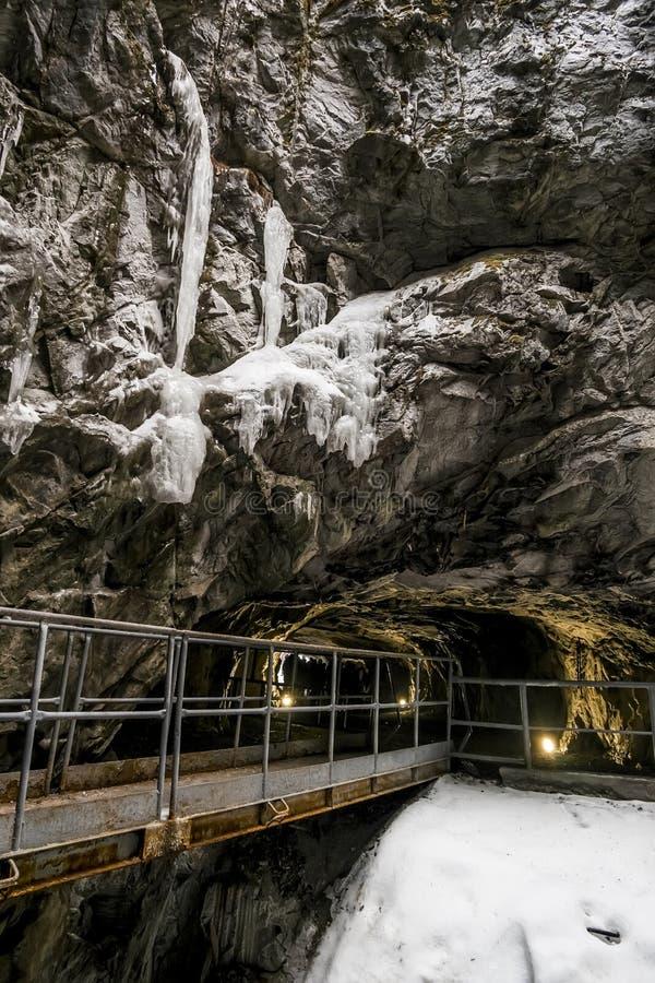 Um túnel abandonado na pedreira de mármore Ruskeala em Carélia, Ru fotografia de stock royalty free