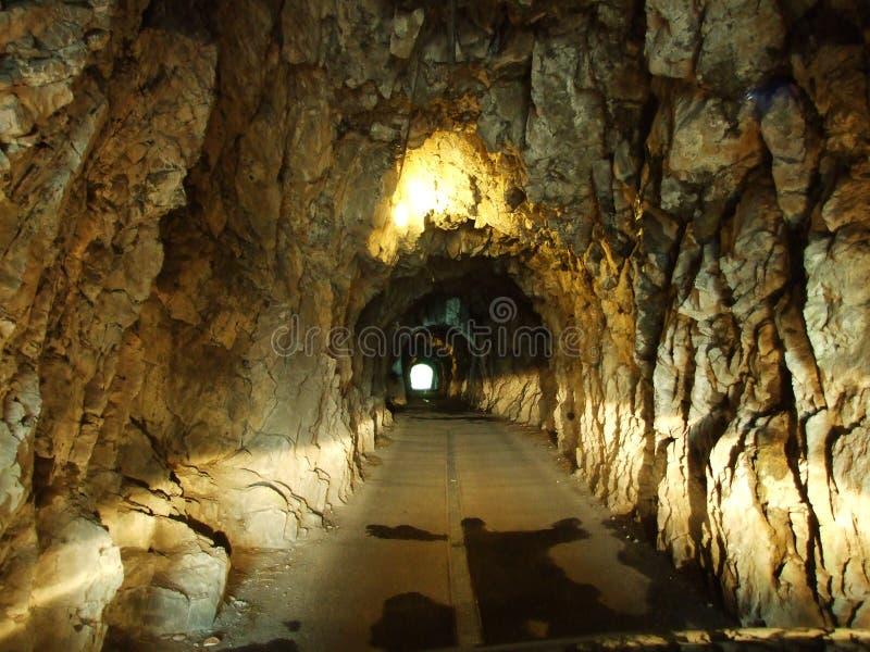 Um túnel improvisado pequeno para o tráfego de sentido único nos cumes suíços foto de stock