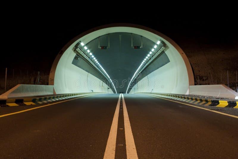 Um túnel na estrada de Kalba - de Sharjah, UAE imagens de stock