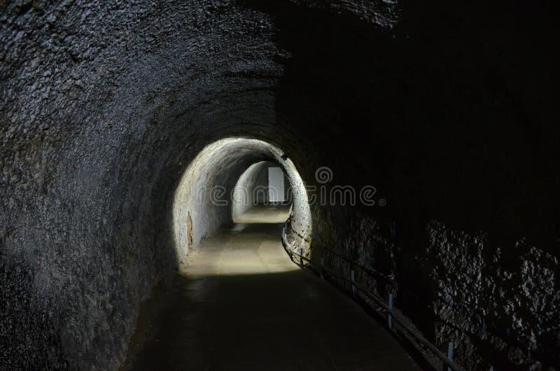 Um túnel que conduz à porta à parte externa, na caverna de gelo em Kungur foto de stock royalty free