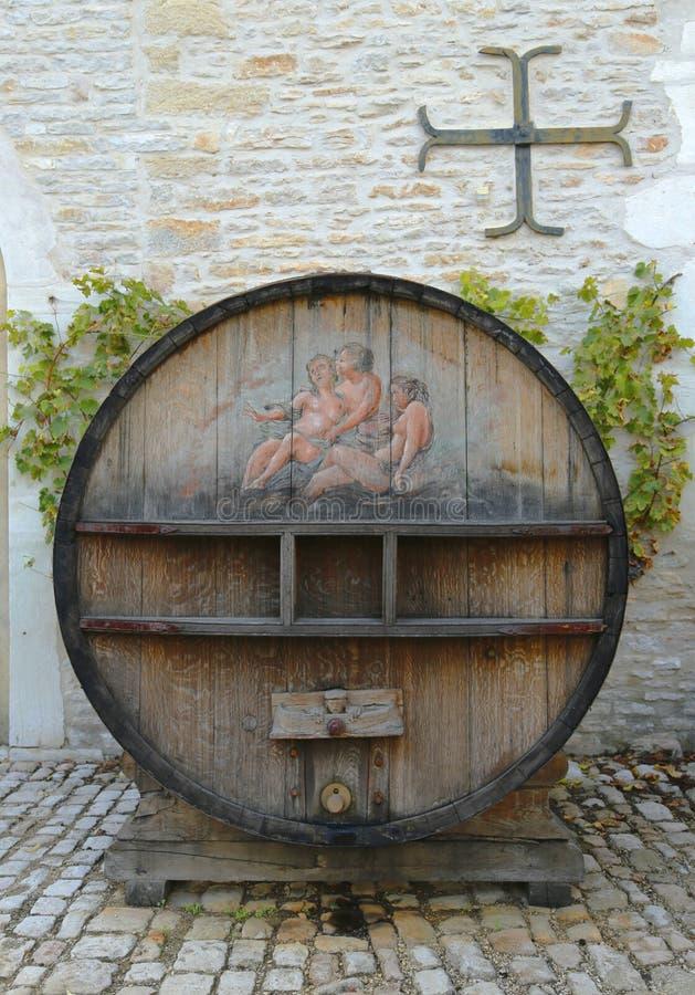Um tambor de vinho pintado velho em Castelo de Pommard em Borgonha, França fotos de stock