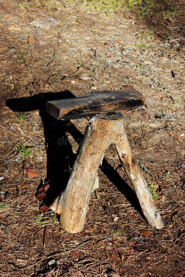 Um tamborete feito de um tronco de árvore com uma forquilha mobília que vive na cadeira de madeira da floresta fotos de stock royalty free