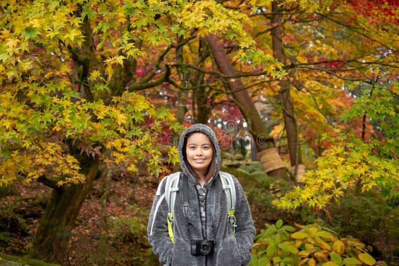 Um tavel asiático da menina em Nikko no outono imagens de stock royalty free