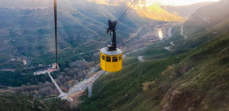 Um teleférico que toma visitantes e peregrinos a Santa Maria De Montserrat Abbey fotos de stock royalty free