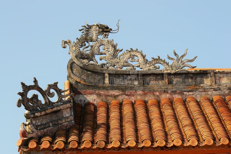 Um telhado antigo com ornamento imagem de stock