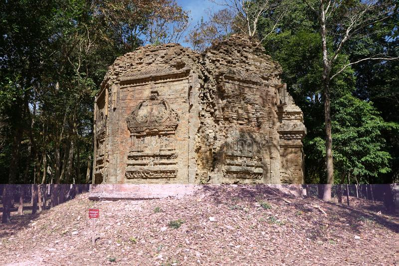 Um templo arruinado em Prasat yeah Puon em Sambor Prei Kuk em Camboja imagens de stock royalty free