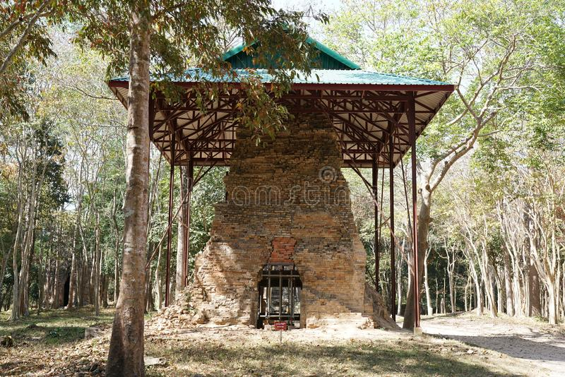 Um templo arruinado em Prasat yeah Puon em Sambor Prei Kuk em Camboja imagem de stock