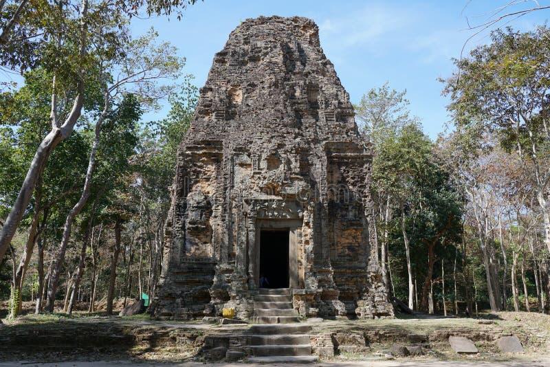 Um templo arruinado em Prasat yeah Puon em Sambor Prei Kuk em Camboja fotos de stock royalty free