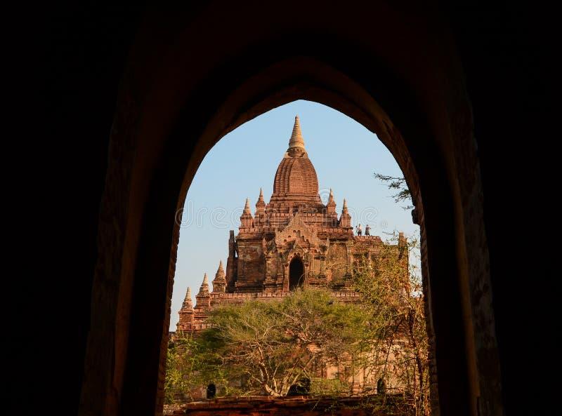 Um templo budista em Bagan, Myanmar foto de stock