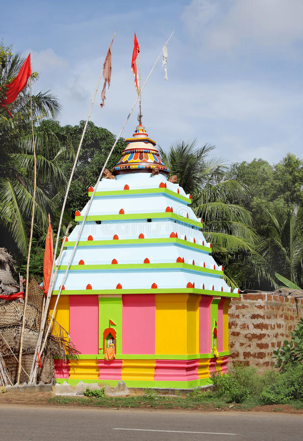 Um templo colorido no orissa da estrada de Puri-Konark, imagem de stock royalty free