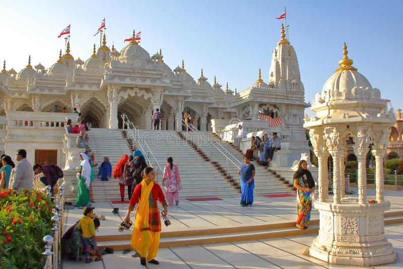 Um templo jain em Ahmedabad, Gujarat, com peregrinos fotografia de stock