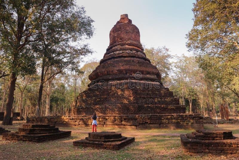 Um templo na província de Kamphaeng Phet nas ruínas do templo real, imagens de stock