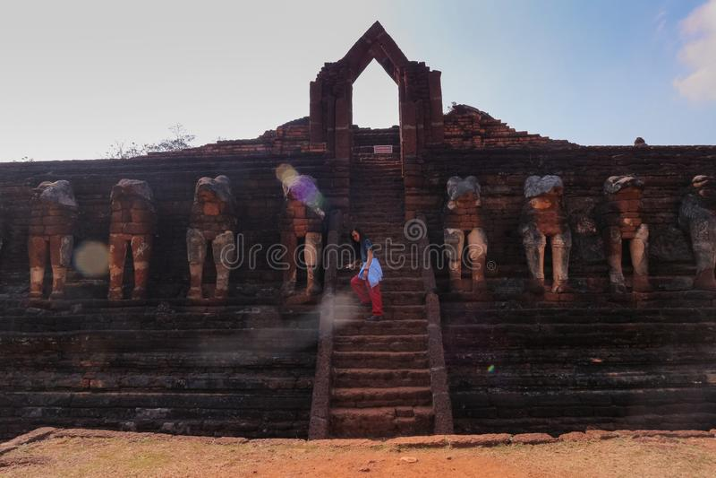 Um templo na província de Kamphaeng Phet nas ruínas do templo real, fotos de stock