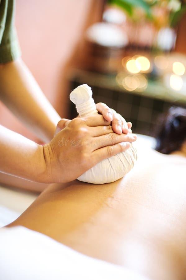 Um terapeuta da massagem que dá uma massagem traseira foto de stock