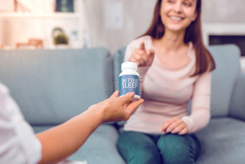 Um terapeuta profissional que entrega os comprimidos do cliente para melhor dormir fotos de stock