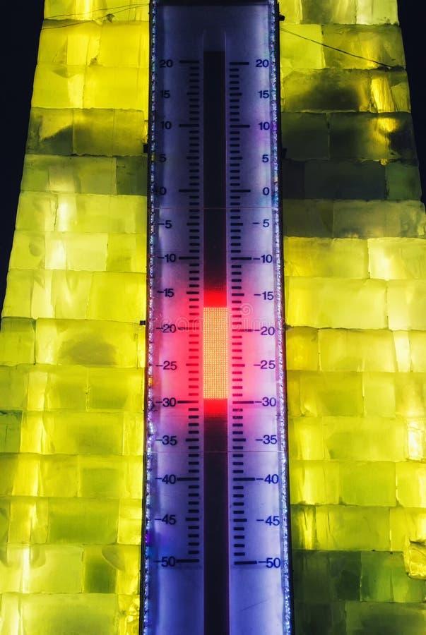 Um termômetro enorme na entrada iluminada do festival anual do gelo de Harbin & do mundo da neve fotos de stock royalty free