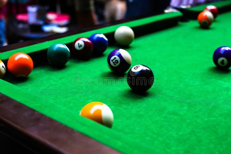 Um teste padrão da mesa de bilhar com as bolas de bilhar nele fotografia de stock