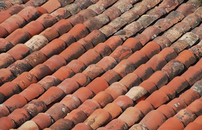 Um teste padrão vermelho velho da telha que seja muito comum em telhados fotos de stock