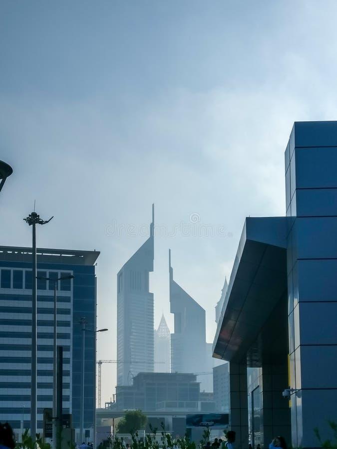 Um tiro épico de torres gêmeas de Dubai em Sheikh Zayed Road do centro de comércio imagens de stock
