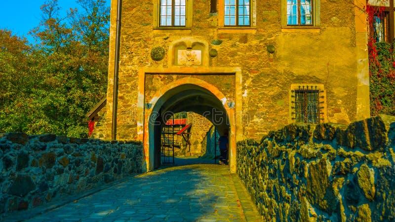 Um tiro bonito na entrada velha/em negligenciar do castelo do Polônia o rio/no por do sol/corcel velho 2018 imagens de stock