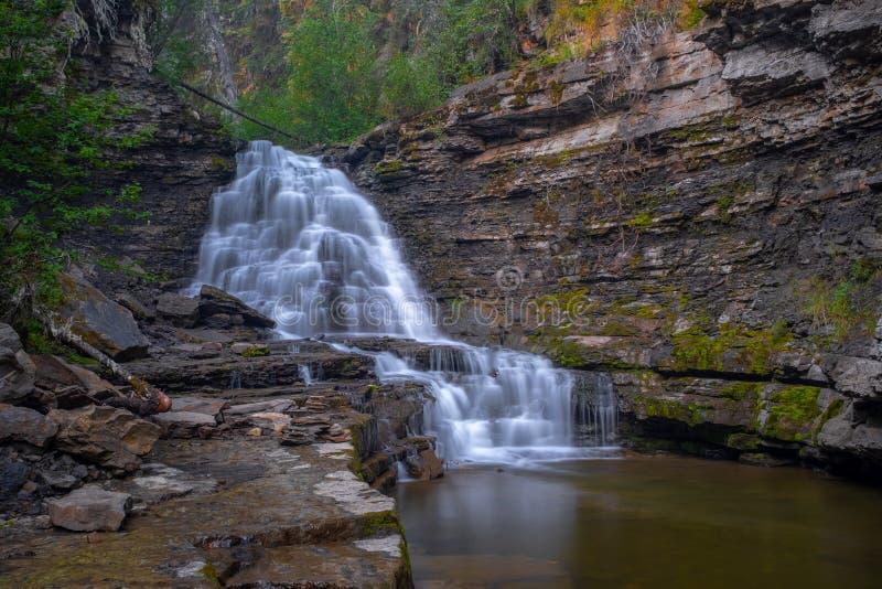 Um tiro da distância da cachoeira da qualidade perto da secadora de roupa Ridge, Columbia Britânica, Canadá, exposição longa para foto de stock
