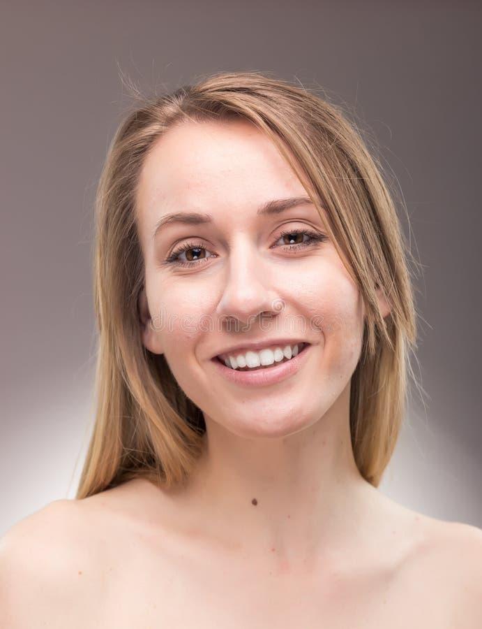 Um tiro da jovem mulher, o descamisado, o principal e dos ombros, alegre foto de stock