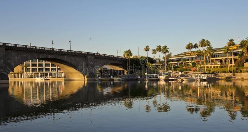 Um tiro da ponte de Londres do amanhecer, cidade de Lake Havasu fotos de stock