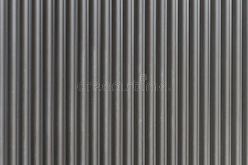 Um tiro do close up da porta automática do rolo do metal usada na fábrica, no armazenamento, na garagem, e no armazém industrial foto de stock