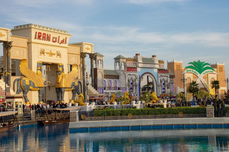 Um tiro do sinal vermelho de Irã com exibição do céu azul no mercado da aldeia global em Dubai, Emiratos Árabes Unidos no por do  fotos de stock