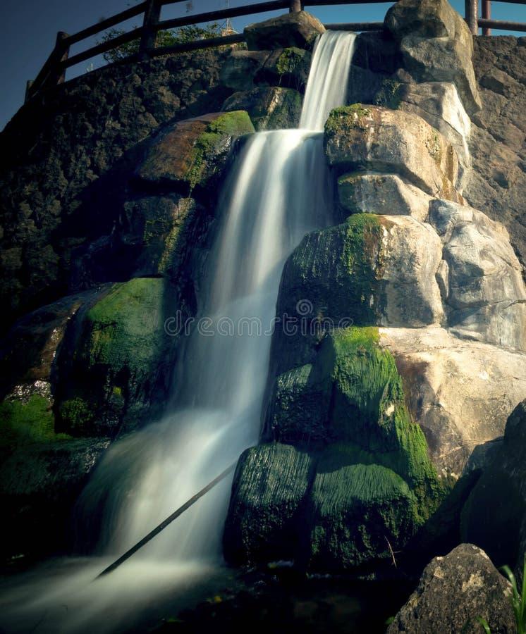 Um tiro longo da exposição da cachoeira artificial imagem de stock royalty free