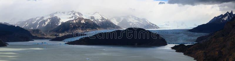 Um tiro panorâmico da alimentação cinzenta da geleira no cinza de Lago no parque nacional de Torres del Paine no Patagonia fotografia de stock royalty free