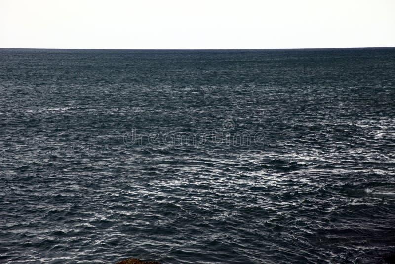 Um tiro simples da água do mar escura imagem de stock royalty free