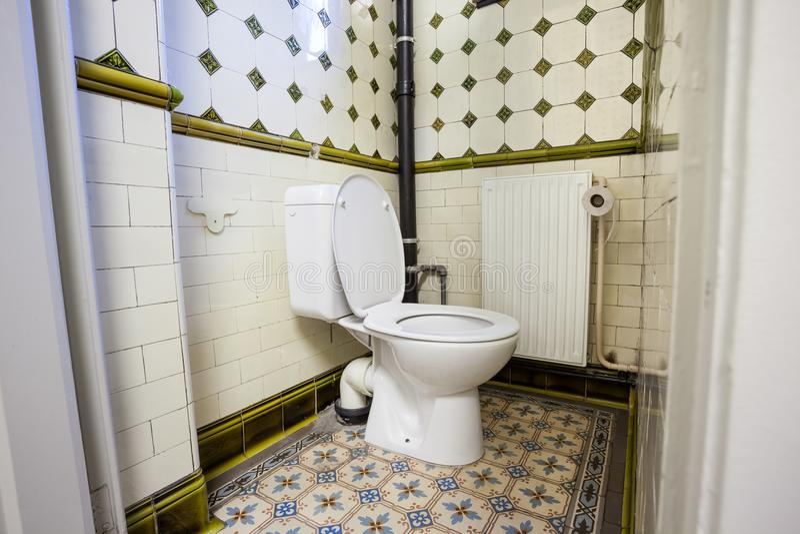 Um toalete público imagens de stock royalty free