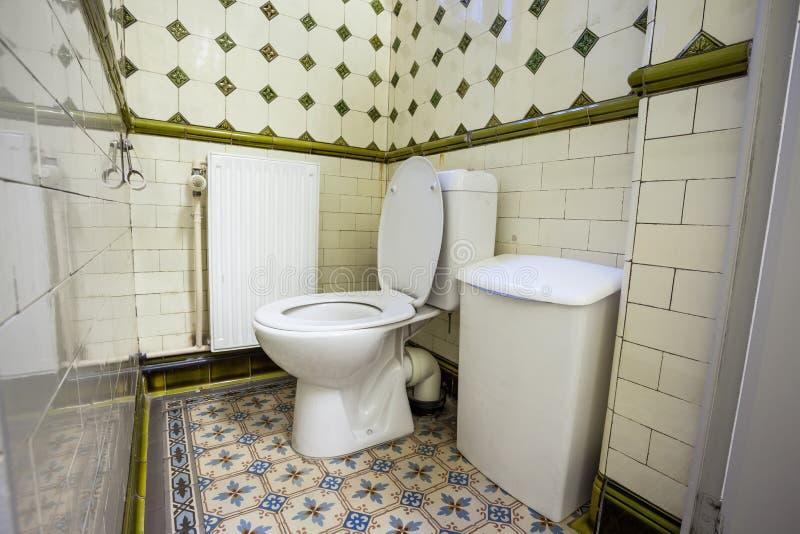 Um toalete público imagens de stock