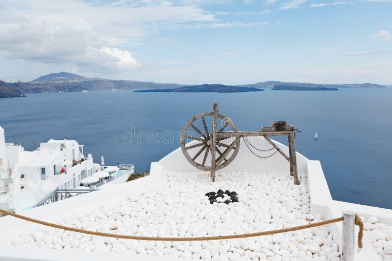 Um torno de gerencio de madeira velho acima do oceano azul em Santorini imagem de stock royalty free