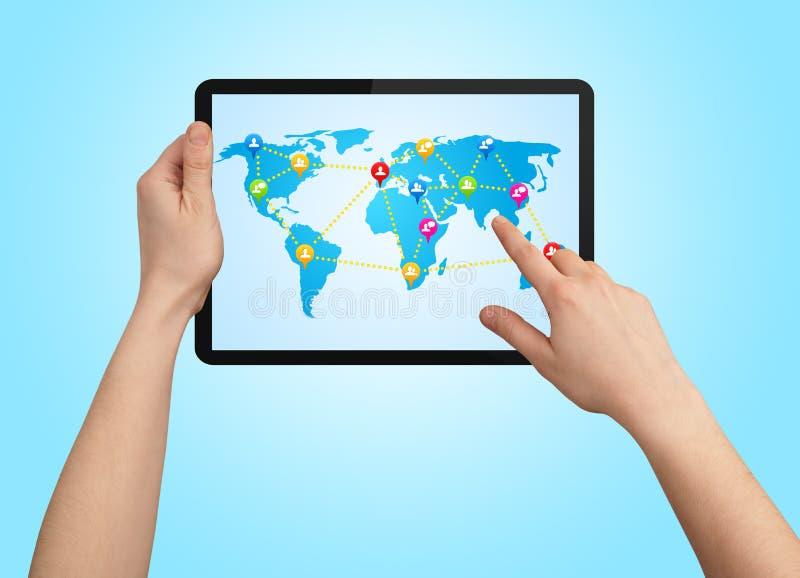 Um touchpad masculino da terra arrendada da mão com mapa social foto de stock