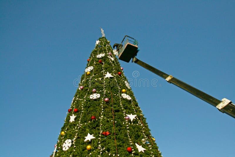 Um trabalhador decora uma árvore de Natal em Volgograd imagens de stock