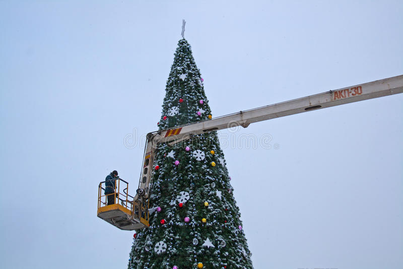 Um trabalhador decora uma árvore de Natal em Volgograd foto de stock royalty free