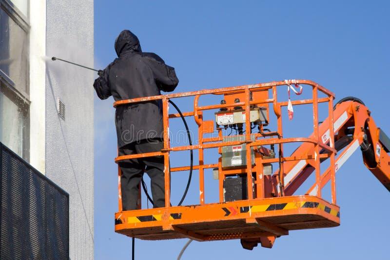 Um trabalhador em uma cereja-máquina desbastadora fotografia de stock royalty free