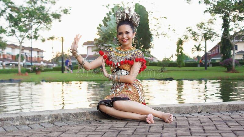 Um traje de Iban Lady Wearing Her Traditional imagem de stock royalty free