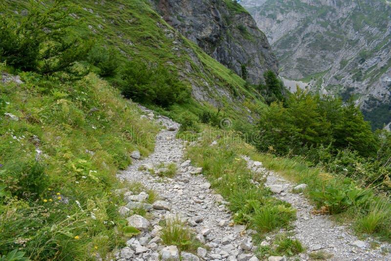 Um trajeto do acesso ao flautim da corrente de montanha de Gran Sasso, província de Corno de Teramo, região de Abruzzo, Itália foto de stock