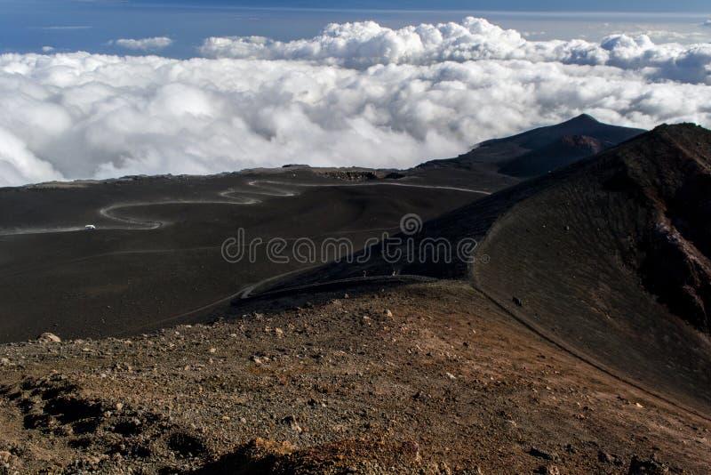 Um trajeto empoeirado entre as crateras da lava do vulcão de Etna imagens de stock royalty free